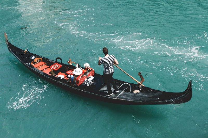 Gondola ride: romantic things to do in Venice